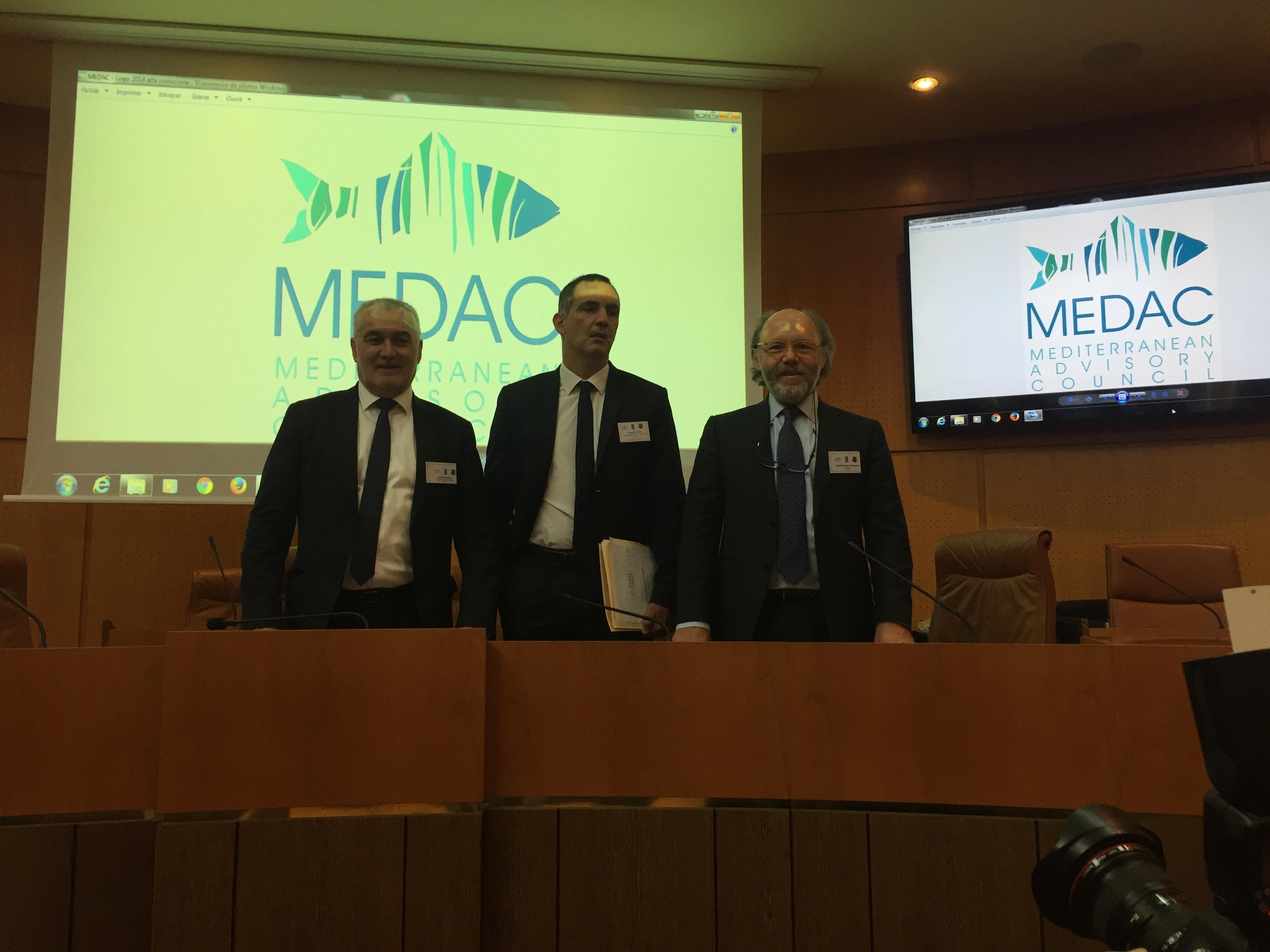 Gilles SIMEONI, Président du Conseil Exécutif de Corse entouré de Gérard ROMITI, Président du CRPMEMC et du CNPMEM, et de Giampaolo BUONFIGLIO, Président du MEDAC